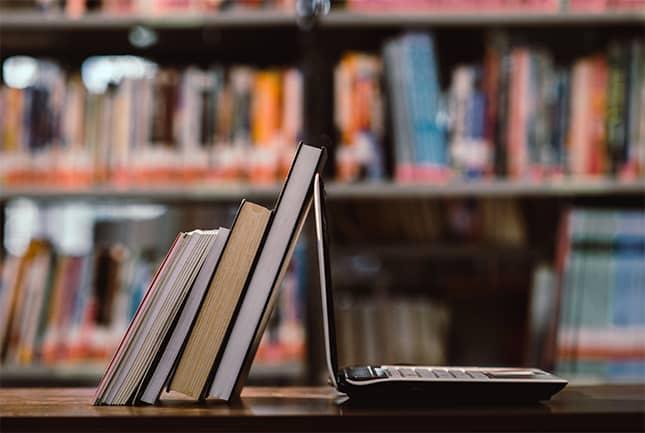 Image avec un livre adossé à un PC pour 2DCOM